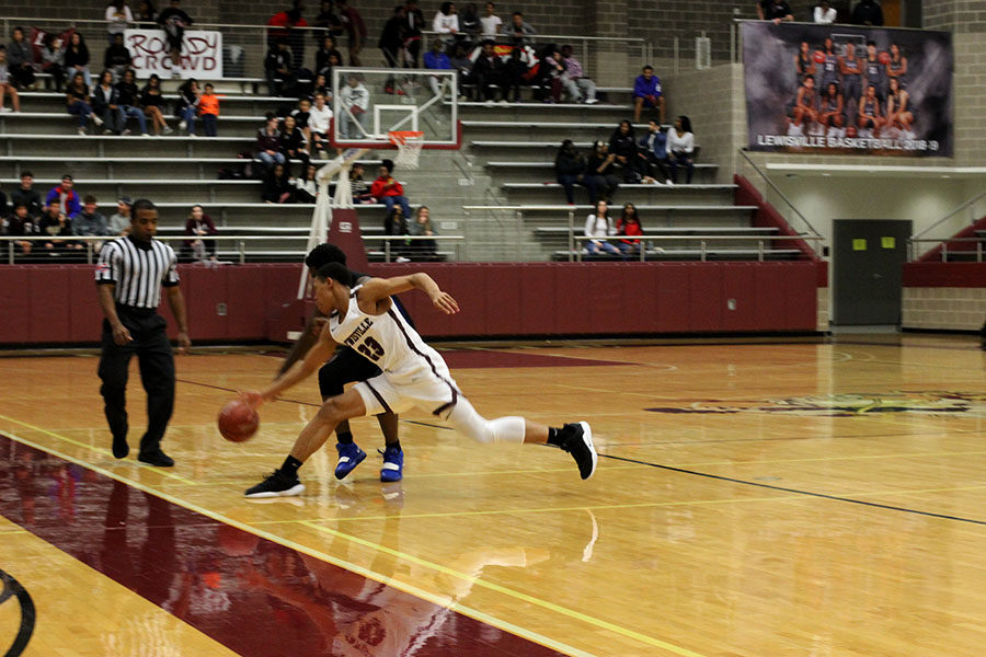 Sophomore Kylin Green (23) steals the ball from the defender.