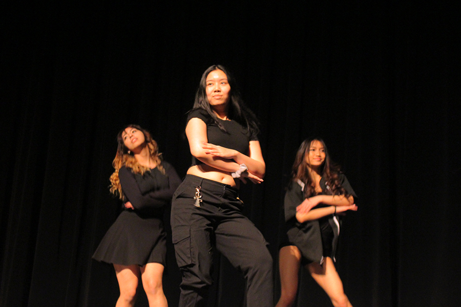 During the score counting, K-pop dance group performed to the song DUN DUN by EVERGLOW.