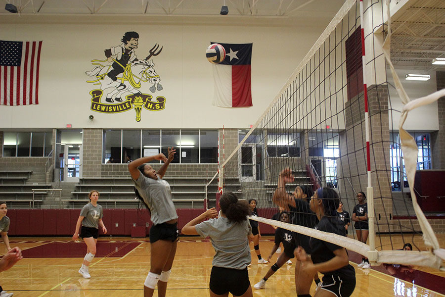 Sophomore Kyra Franklin prepares to spike the ball during first period volleyball practice on Thursday, Oct. 17.